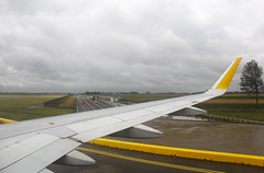 RODAJE TRAS ATERRIZAR 18R. Vaya perspectiva. (Josep Oll) Tags: amsterdam airport foto aviation nederland thenetherlands airbus schiphol aeropuerto spotting a320 taxiing taxiway duch rodando vueling heam taxin taxibaan