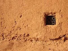 Mur de terre (Des Goûts et des Couleurs) Tags: maroc morocco travel voyage mur terre wall architecture construction maison house fenêtre window moucharabieh monochrome blog dgdc desgoûtsetdescouleurs charlottedumas