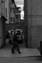 Waitzstraße (03) (Rüdiger Stehn) Tags: 2015 europa mitteleuropa deutschland germany norddeutschland schleswigholstein bauwerk stadt kielblücherplatz 2000er strase menschen leute monochrom canoneos550d rüdigerstehn waitzstrase waitzstrasekiel kiel
