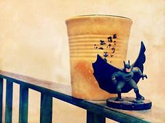 Día 171 | Vigilando (Chimista) Tags: iphone iphone6splus 365coffeeroad café taza amarillo jaén baranda batman dccomics superhéroes figura