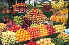Mercado de la fruta, Bogotá. (eustoquio.molina) Tags: color fruit bogotá fruta mercado marked equilibrio colorido