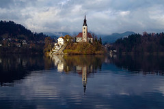 Splitting the View (Don César) Tags: bled slovenia slowenia europe europa lake lago see church iglesia reflejo reflection water agua nubes balance blue azul pure