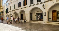 2252  Una calle de Ciutadella, Menorca (Ricard Gabarrús) Tags: edificio calle rue street paseo ciutadella gente airelibre olympus ricgaba ricardgabarrus