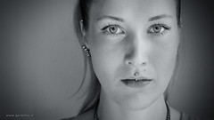 A Stranger - Berlin (Geraldos ) Tags: portrait woman berlin girl look 50mm licht eyes nikon mood natural streetportrait naturallight stranger solo looks ogen augen vrouw blik mädchen desconocido d800 streetshot puur sconosciuto carlzeiss onbekende naturel meid unbekannter vreemde mädel natuurlijklicht geraldos natürlicheslicht jongevrouw geraldemming carlzeiss50mmplanart 30secondsproject
