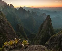 Portais de Hércules (Waldyr Neto) Tags: mountains sunrise amanhecer montanhas crepúsculo parnaso dedodedeus serradosórgãos portaisdehércules coroadofrade