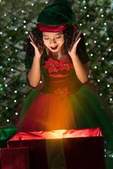 Feliz Navidad!! (lfbc) Tags: christmas navidad feliz happy surprise sorpresa retrato duende santa gift regalo light bokeh green red present nikon 85mm d750 strobist flash