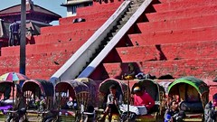 NEPAL, Kathmandu - unterwegs in der Altstadt, warten auf Touristen,  15037 (roba66) Tags: reisen travel explore voyages urlaub visit roba66 nepal asien südasien asia city stadt capitol kathmandu durbarsquare building architektur architecture arquitetura kulturdenkmal monument haus house häuser bau fassade façade platz places historie history historic historical geschichte urban tourism rikschas treppe stairways escalier