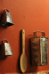 (angelasmorato) Tags: ambienteinterno decoração utensílios colherdepau ralador parede laranja cozinha