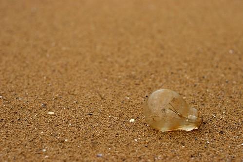 Ampoule électrique sur une plage