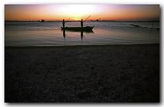 Pescadores na canoa, praia do Siqueira (Z Lobato) Tags: sunset brasil riodejaneiro cabofrio zrobertolobato zlobato praiadosiqueira lindasso duetos
