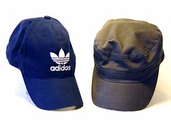Adidas Mtzen (zipfel & frogi) Tags: liquidation birmensdorferstrasse199 hausrat kleider clothes muetzen caps adidas