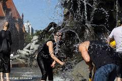 Wasserschlacht im Neptunbrunnen in Berlin (tsreportage) Tags: berlin water fountain fun brunnen well fernsehturm neptunbrunnen mitte tvtower spass flashmob facebook cooldown waterbattle summerheat wasserschlacht neptunfountain sommerhitze abkuehlung