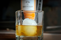 Whisky Macallan Amber in bicchiere, prezzo caratteristiche (Wine Dharma) Tags: whiskey wine winetasting wineporn white whisky whiskeylover distillate glass glassofwhiskey ghiaccio ghiaccioewhiskey scotch whiskeycocktail ice ricetta recipe recipes ricettacocktail rum spirits macallan amber sherry barrels