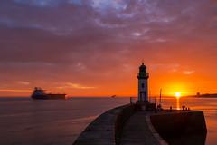 Jetée Est (Philippe POUVREAU) Tags: jaune sunet saintnazaire port harbour harbor ship navire feu phare lighthouse 2016 loireatlantique soleil couchersoleil light océanatlantique ocean loire estuaire paysdelaloire