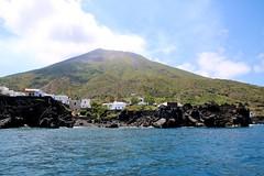 Tour de l'île de Stromboli en bateau / Côte nord (Charles.Louis) Tags: italie sicile éolie éolienne île nature patrimoine mer côte volcan stromboli