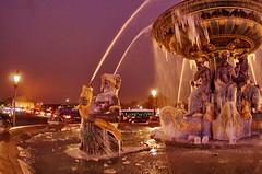 Paris Janvier 2017 - 14 une fontaine gelée Place de la Concorde (paspog) Tags: paris france fontaine brunnen fountain fontainegelée placedelaconcorde frozenfountain janvier january januar 2017 nuit nacht night