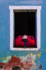 Almofada com Birlos em uma Janela de Entremontes, Piranhas, Brasil. (Jaim Oliveira) Tags: brazil brasil de cruz janela ponto almofada rolo alagoas bordado piranhas renda agulhas alfinetes pontodecruz rendeiras birlos entremontes redendê