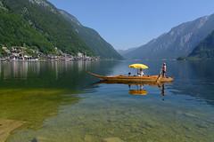 Hallstatt-Gondel (www.textbox.at) Tags: hallstatt oberösterreich salzkammergut austria alpen kahn sonnenschirm warm sommer unesco berge wasser ufer