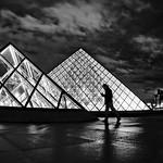 Night intrigue at the Louvre pyramids thumbnail