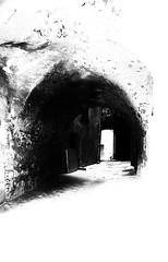 La ruelle (Val'Art Photography) Tags: noiretblanc blackandwhite monochrome rue ruelle obscur extérieur