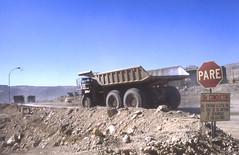 CAMION TRASPORTO MINERALE DA 700 TONN. (ADRIANO ART FOR PASSION) Tags: cile miniera chiquicamata rame diapositiva 1983 olympus om2 epson v550 camion truk 700tons minieradirame coppermine