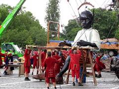 Royal de Luxe @ Antwerp - le mur de Planck (_Kriebel_) Tags: giant belgium belgique belgi antwerp belgica anvers kriebel royaldeluxe zomervanantwerpen zva gants dereuzen belgin uploadedviaflickrqcom omareus