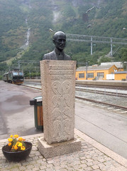 Bust of Ingolf Elster Christensen, Flåm (Phil Masters) Tags: 25thjuly july2016 norwayholiday norway flåm flam ingolfelsterchristensen ingolfchristensen bust monument ingolfelsterchristensenmonument ingolfchristensenmonument fylkesmanningolfelsterchristensen fylkesmanningolfchristensen fylkesmanningolfelsterchristensenmonument fylkesmanningolfchristensenmonument fylkesmannchristensenmonument fylkesmannchristensen sculpture