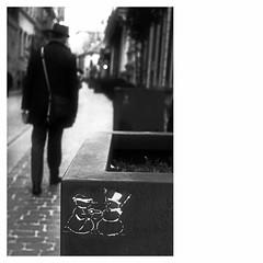 Martial Dispute (bruXella & bruXellius) Tags: snowmen snowman schneemänner schneemann schneefrau ehekrach querelledeménage martialdispute brüssel bruxelles brussels brussel belgien belgique belgium belgië leicax1 blackwhite monochrome bonhommedeneige bonnefemmedeneige graffiti streetart