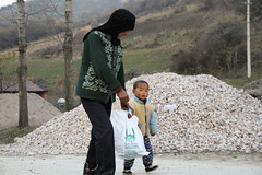 School children in China collect bags from IR Yemen