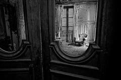 8. Aux portes du palais (www.photonoxx.fr) Tags: noiretblanc decay abandon château urbex explorationurbaine oldandbeautiful flickraward5