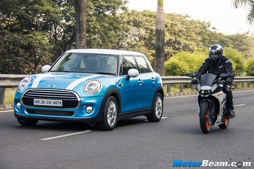 KTM-RC-390-vs-MINI-Cooper-05