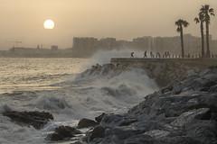 ¡Uy que me mojo! (- Cajón de sastre -) Tags: lío20 atardecer sunset mar see olas waves sol sun mediterraneansea agua water rocas rocks nikond500 nikkor2470mmf28vr málaga andalucía costadelsol españa spain