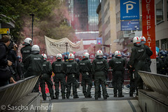 Vereinzelt flog Pyrotechnik! (sascha.arnhoff) Tags: west demo michael frankfurt main nazi ost ester hooligans widerstand seitz schlagstock pfefferspray rosmarkt stürzenberger