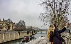 sous le ciel de Paris ... (miriam ulivi) Tags: miriamulivi nikond7200 france paris senna people battello ponte alberi street