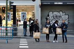 De compras (F719D) Tags: street streetphotography woman women madrid spain españa granvía shopping primark tarmac asphalt shops young old