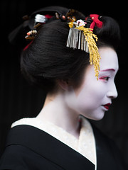 先笄 (byzanceblue) Tags: mameroku sakko hairstyle gion maiko geisha geiko kyoto kagai traditional formal woman girl lady beauty beautiful japan japanese black 豆六 祇園 舞妓 先笄 襟替え 黒髪 kurokami hair お歯黒
