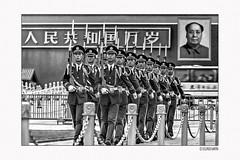Lost in China013/15 (siggi.martin) Tags: asien asia china peking beijing mann man männer men soldat soldier soldaten soldiers verbotenestadt forbiddencity eingang entrance uniform marschieren march