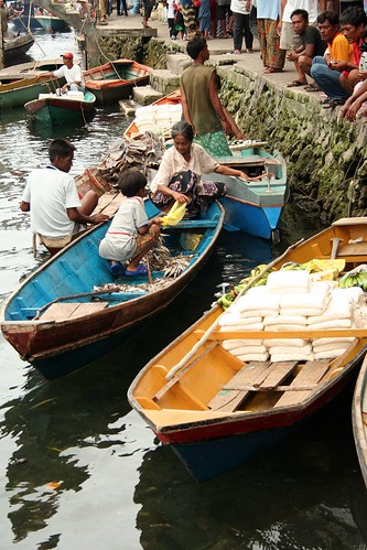 Sitangkai, Tawi-Tawi floating market causeway food seafood peddler vendor boat sidewalk Pinoy Filipino Pilipino Buhay  people pictures photos life Philippinen  菲律宾  菲律賓  필리핀(공화국) Philippines