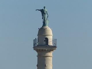 Où ai-je vu cette statue? Au sommet de l'une des deux colonnes rostrales à l'entrée de la place des Quinconces à Bordeaux. Artémis ou Diane symbolisant la navigation avec une rame à la main.