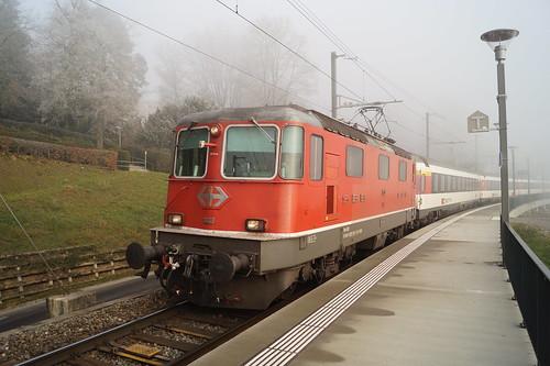 Re 4/4 II 11133 mit einem IR nach Zürich HB in Neuhausen am Rheinfall