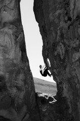 Cliffhanger (Greelow) Tags: greelow nikon d7000 america south sud amérique bolivia bolivie rock rocher montagne mountain human humain homme garçon man men boy cliffhanger climb climbing escalade hold tenir bon accrocher stuck force peur courage
