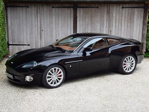 Aston Martin Vanquish (2002).