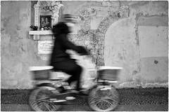 Ave Maria (Roberto Spagnoli) Tags: verona bicycle bicicletta biancoenero blackandwhite fotografiadistrada streetphotography avemaria madonna capitello people religion preghiera prayer