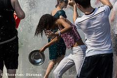 Wasserschlacht Flashmob am Lustgarten in Berlin (tsreportage) Tags: summer berlin water wasser sommer brunnen waterpistol mitte spass flashmob freude lustgarten sommerinberlin wasserschlacht spritzpistole abkuehlung