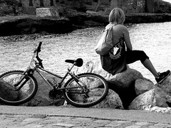 Rêveuse (hkoskas) Tags: blackandwhite bw woman mer france marseille femme nb francia vélo rochers cycliste marsiglia pensées massilia française frenchwoman méditérranée massalia baindesdames villedemarseille