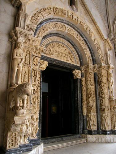 Trogir, templomkapu 1240-ből