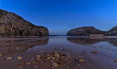 Playa de Cuevas del Mar. (Amparo Hervella) Tags: palyadecuevasdelmar asturias españa playa agua paisaje reflejo mar roca nocturna noche estrella d7000 nikon nikond7000 comunidadespañola wewanttobefree naturaleza