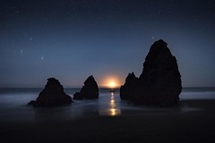 Moon setting at Rodeo Beach (Karen Kaner Photography) Tags: moonsetting moon rodeobeach beach stars surf ocean nightphotography longexposure rocks monolith nature sky kanerphotography nightsky fortcronkhite marin marincounty california northerncalifornia ggnra bayarea coast coastline pacificocean