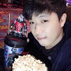 เมื่อคืนไปดู Ant-Man มนุษย์มดมหากาฬ แต่เพิ่งจะว่างรีวิว เข้าประเด็นเลยละกัน Superhero ที่คนไทยเพิ่งจะคุ้นเคย แต่ก็เป็น 1 ในทีม Avenger นะครับ...    My Review  :  หนังปูพื้นตั้งแต่จุดเริ่มต้นของตัวละครหลักๆเลยว่า แฮงค์ พิม คือใคร ชุด Ant-Man มาจากไหน ตลอดจ