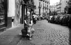 NAPOLI 04 (Cédric Belotti) Tags: pentax pentaxk1000 film argentique noiretblanc blackandwhite portrait monochrome extérieur personnes ruelle trottoir kodak naples